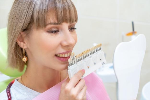 Cliente mujer feliz en odontología, blanqueamiento dental
