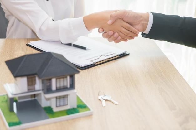 El cliente o la mujer dicen sí para firmar un contrato de préstamo por comprar un nuevo concepto de hogar