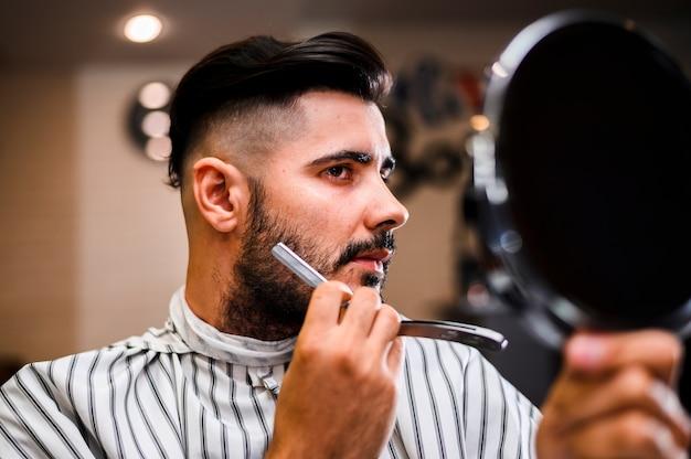 Cliente de peluquería mirándose en el espejo