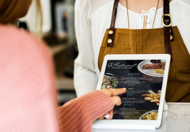 El cliente pide comida en el mostrador del restaurante