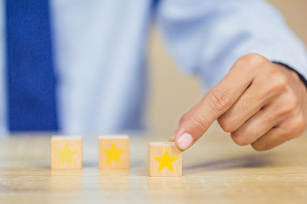 Cliente presionando estrella en cubo de madera