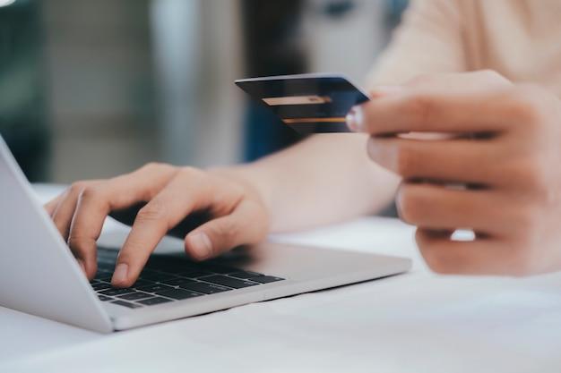 Cliente que compra en línea paga con tarjeta de crédito
