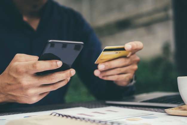Cliente que compra en línea paga con tarjeta de crédito.