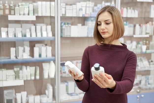 Cliente que elige productos cosméticos en botica.