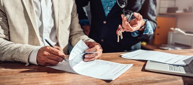 Cliente que firma contrato de venta de bienes inmuebles