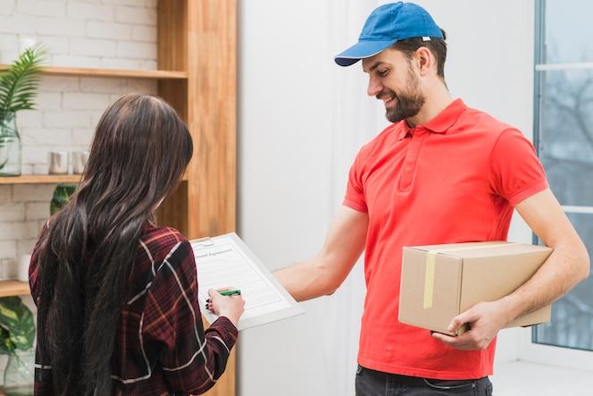 Cliente que firma el paquete del servicio de mensajería