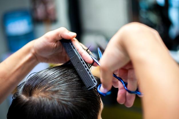 Cliente que recibe un corte de pelo por detrás