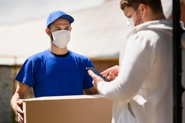 Cliente que recibe el paquete del repartidor