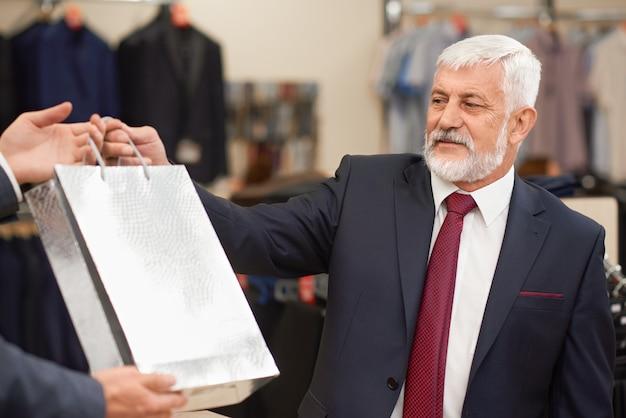 Cliente en la sala de exhibición mirando la bolsa de plata.