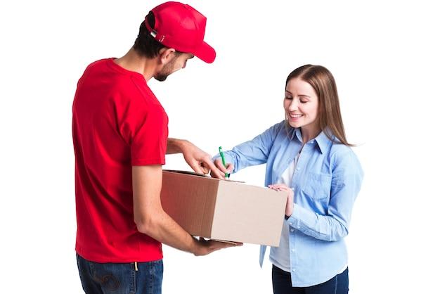 Cliente satisfecho de entrega en línea firmando los formularios