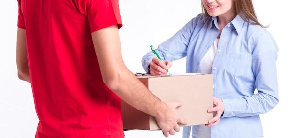 Cliente satisfecho de entrega en línea firmando los primeros planos de los formularios