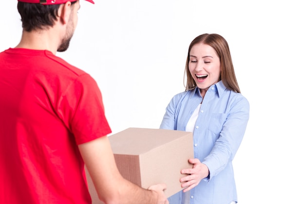 Cliente satisfecho de entrega en línea que recibe el paquete