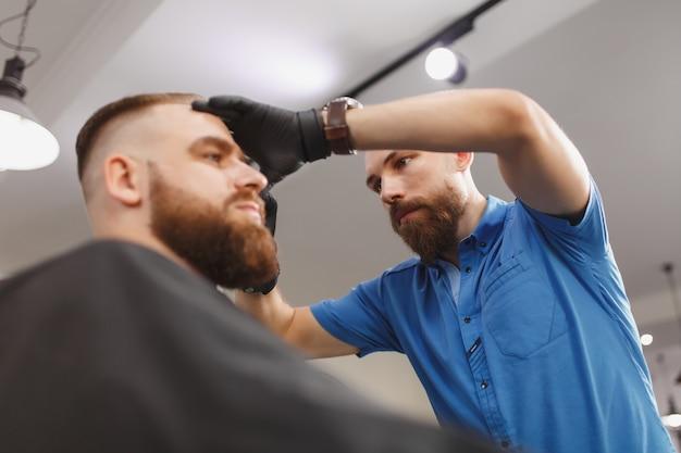 Cliente de servicio de peluquería profesional masculino por clipper