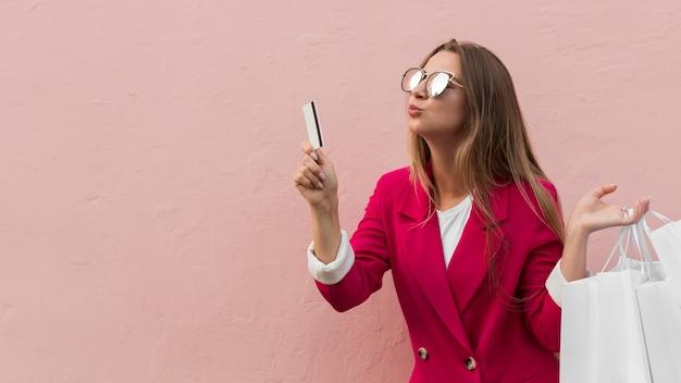 Cliente vistiendo ropa de moda gesto de besos