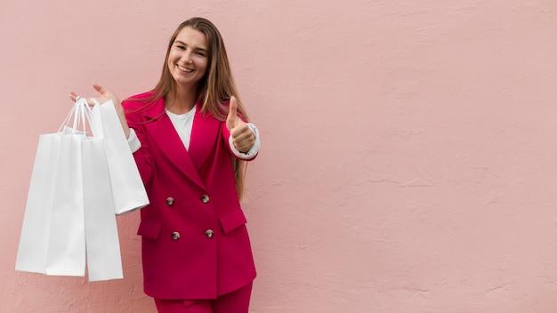 Cliente vistiendo ropa de moda thumbs up