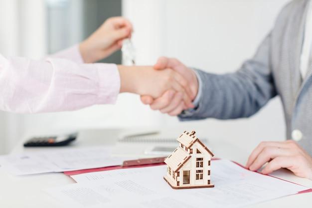 Cliente y agente de bienes raíces haciendo trato