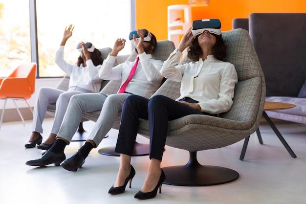 Clientes entusiasmados que prueban software de realidad virtual