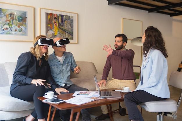 Clientes de mediana edad que disfrutan de la experiencia de realidad virtual