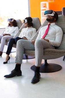 Clientes que prueban productos de realidad virtual para empresas