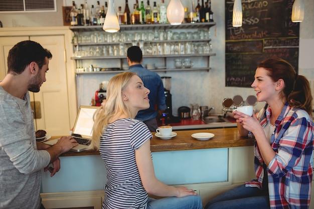 Clientes satisfechos en el mostrador de la cafetería.