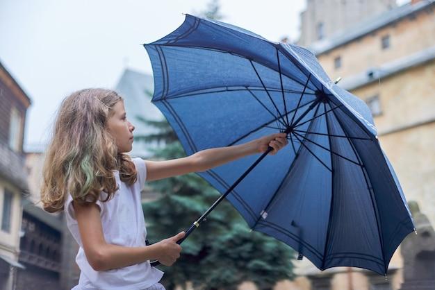 Clima lluvioso, retrato de niña con paraguas
