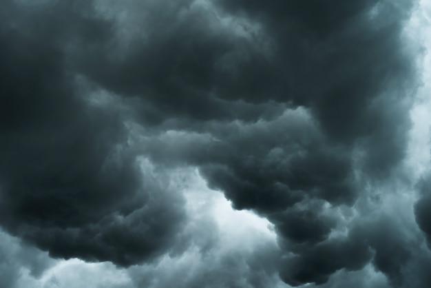 Clima en verano con nube negra y tormenta.