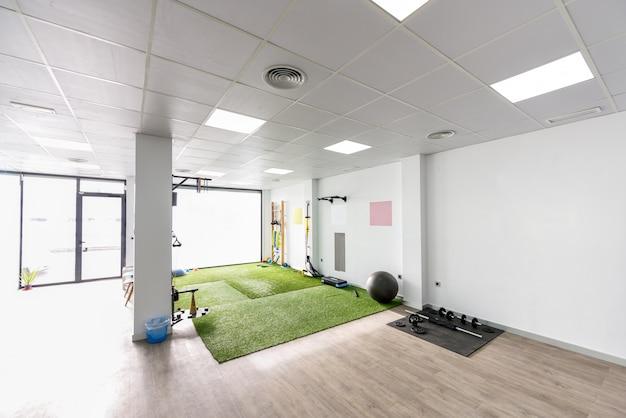 Clínica de fisioterapia con equipos para rehabilitación