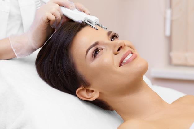 Clínica de spa. terapia de microcorriente.