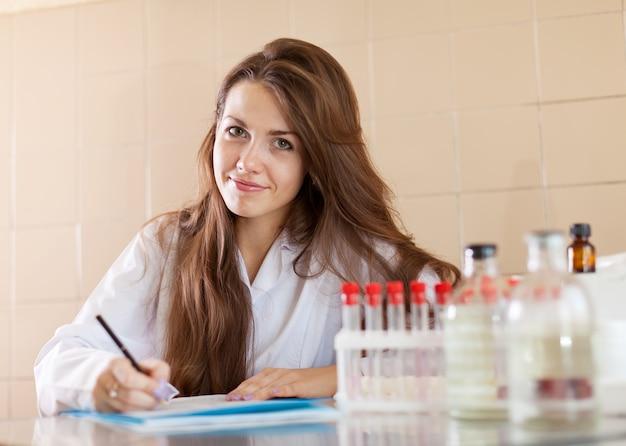 Clínico que trabaja en el laboratorio
