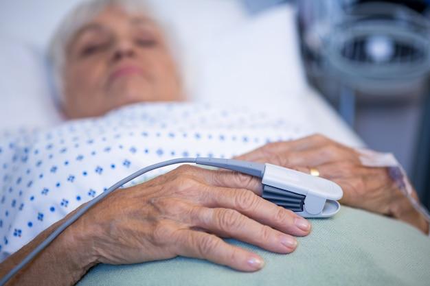 Clip de dedo en la mano del paciente para controlar el pulso
