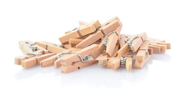 Clip de madera aislado en blanco