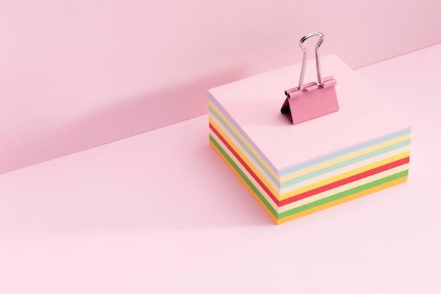Clip de papel sobre notas adhesivas