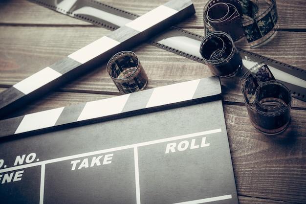 Clipper de película y películas sobre mesa de madera