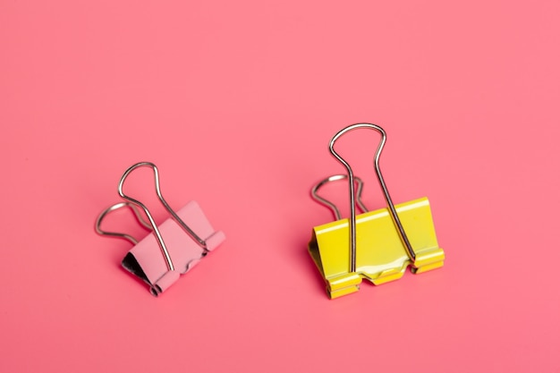 Clips de oficina sobre fondo rosa brillante