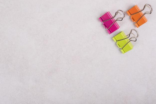 Clips de papel de colores sobre fondo blanco. foto de alta calidad