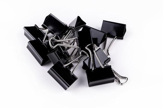 Clips de papel de metal negro sobre blanco