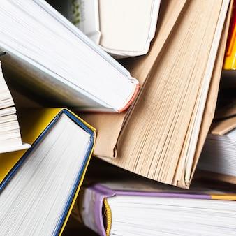 Close-up abrió libros sobre la mesa