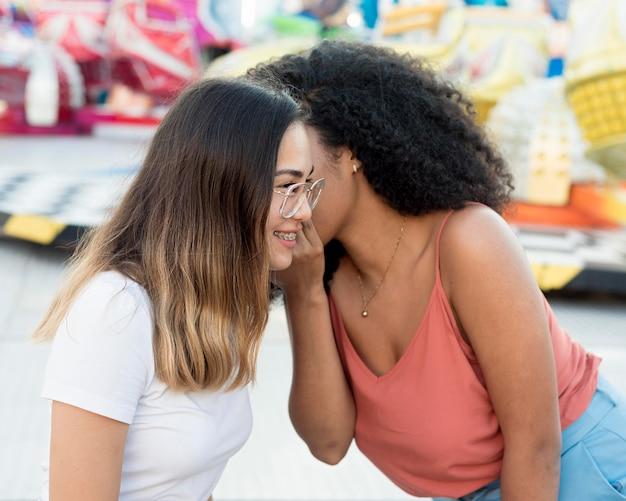 Close-up adolescentes divirtiéndose juntos