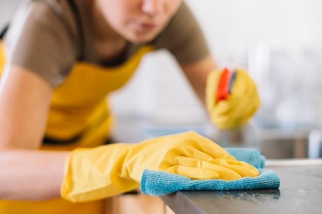 Close-up adulto limpieza con trapo
