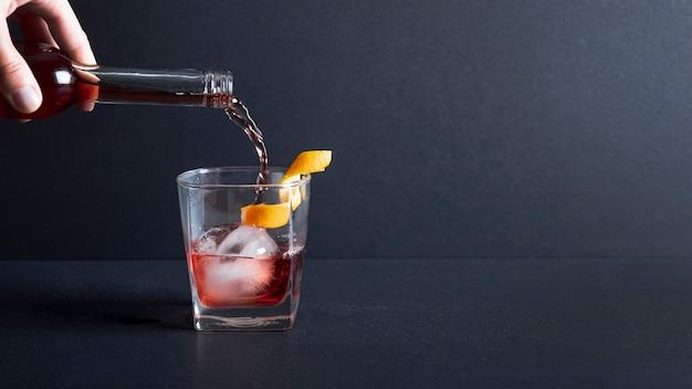 Close-up alcohol vertido en vidrio