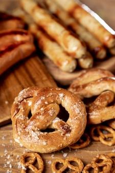 Close-up aperitivos bávaros en una mesa