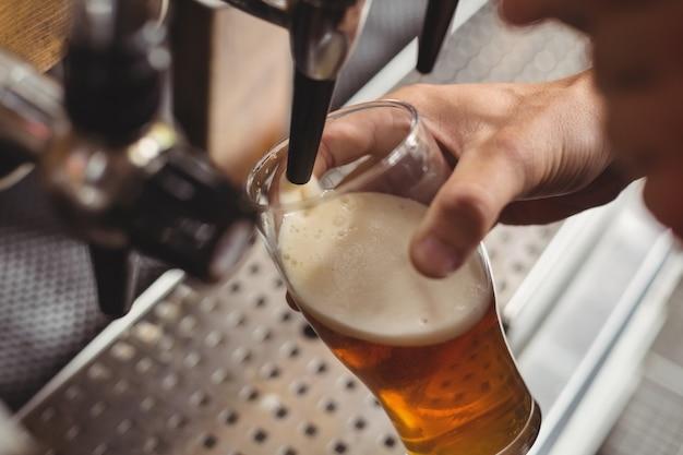 Close-up de bar tierna cerveza de llenado de bar pump