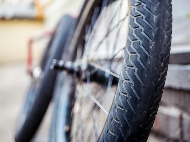 Close up bmx piezas de bicicleta al aire libre en el suelo neumáticos ruedas y timón