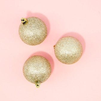 Close-up bolas de navidad con fondo rosa