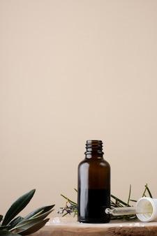 Close-up botella de plástico con aceite y romero