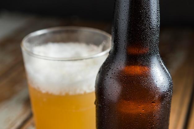 Close-up de botella de vidrio de cerveza con nueces