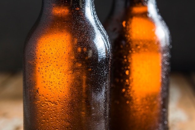 Close-up de botellas de vidrio de cerveza