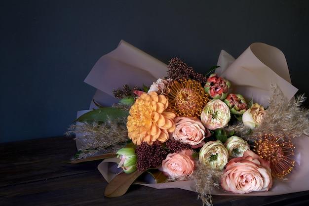 Close-up bouquet decorado en estilo vintage sobre un fondo oscuro, enfoque selectivo