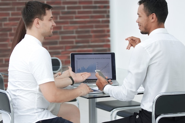 Close up.business equipo analizando los datos del informe anual. personas y tecnologia