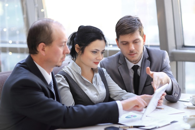 Close up.business equipo discutiendo gráficos financieros usando tableta digital